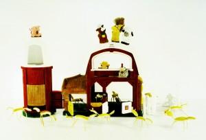 Angriff von Pomelos auf Little-People-Animalfarm, 2007, 62 x 84 cm, s-w-Barytpapier koloriert, Edition 2