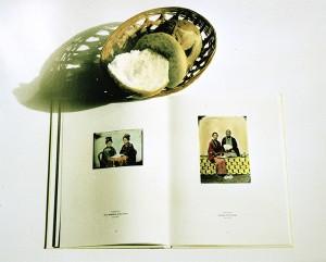 Stilleben mit Buch und Brötchen, 1999, 45,5 x 59,5 cm, s-w-Barytpapier koloriert, Edition 2