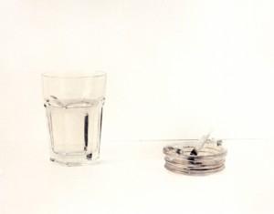 Stilleben mit Wasserglas und Aschenbecher, 2001, 31 x 42 cm, s-w-Barytpapier koloriert, Edition 2