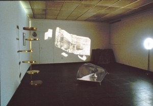 """Installationsansicht Pilat Plage, Ausstellung """"Räume"""", Kunstverein Frankfurt 1988, verschiedene Materialien, Diaprojektion"""