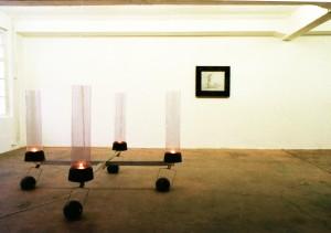 Ausstellungsansicht Produzentengalerie Kassel, ca. 1987, Leuchter, ca. 200 x 200 x 120 cm, verschiedene Materialien, Zwei Pfeifen, ca. 1987, ca. 80 x 100 cm, s-w-Barytpapier, Acrylglas