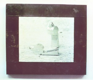 Zwei Pfeifen, ca. 1987, ca. 80 x 100 cm, s-w-Barytpapier koloriert, schwarzes Acrylglas
