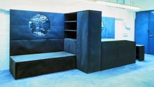 Studentenzimmer, 1991/92, ca. 500 x 150 x 200 cm, Dachpappe, Holz, s-w-Barytpapier koloriert