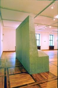 Apostolatus, 1989/90, 400 x 270 x 100 cm, s-w-Barytpapier, Betonplatten, Holz