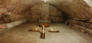 Kreuz mit Katzen, 1994, Lebensgröße, Wachs, Holz, Acrylglas, Ausstellung Weingut Langwerth von Simmern, Eltville, 1994