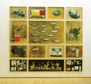 Die Idioten der Familie, 1998, 14 tlg., insgesamt 220 x 253 cm, s/w-Barytpapier koloriert, Edition 2, Ausstellungsansicht Galerie Kuckei+Kuckei, Berlin, 1999