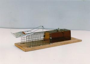 Erweiterte Lebendfalle, 1991, 7 x 6 x 32 cm, Holz, Draht, Acrylglas, Edition 26